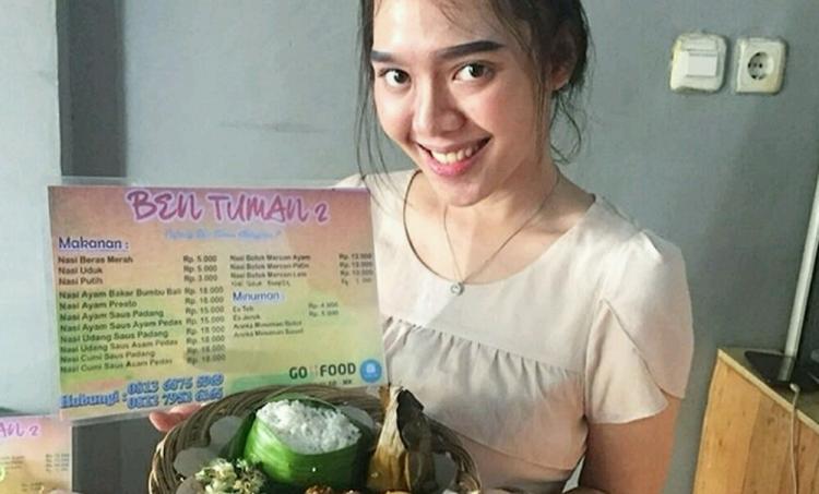 Ayam Bakar Khas Bali Sang Owner Nabila Kusuma Almira Tunjukan Salah Satu Menu Spesial Di Resto Ben Tuman Foto Ist